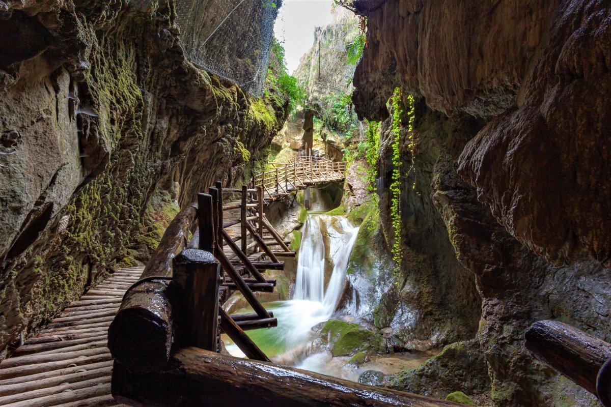 event-Escursione alle Grotte del Caglieron, tra Cascate e Scenari Mozzafiato